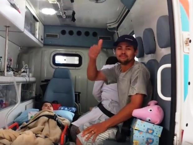 Pai deixou hospital ao lado do filho com esperança de dias melhores (Foto: Antonio Cassimiro/Reprodução)
