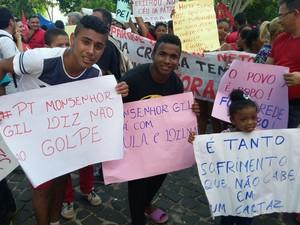 Moradores de Monsenhor Gil vieram para Teresina participar de ato pró-Dilma (Foto: Ellyo Teixeira/G1)