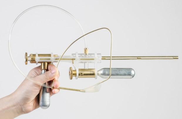 Designer cria revólver que dispara lágrimas em vez de balas (Foto: Reprodução)