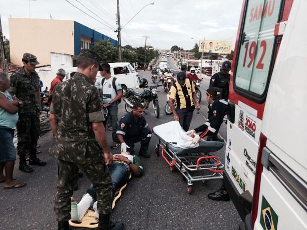De acordo com o Samu, o piloto sofreu ferimentos leves e machucou o tornozelo. Ele foi encaminhado para o Complexo Hospitalar Ortotrauma de Mangabeira, o Trauminha. (Foto: Walter Paparazzo/G1)