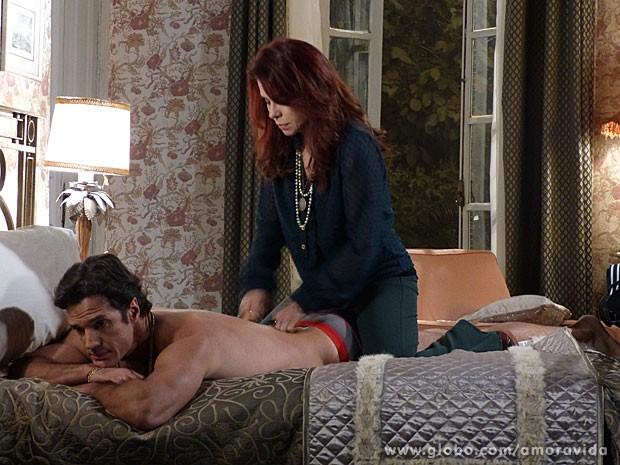 Gigi faz massagem maldosa em Ignácio (Foto: Amor à Vida/ TV Globo)