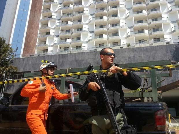 Polícia Civil armado em frente ao hotel Saint Peter, em Brasília, onde homem faz um funcionário refém (Foto: Raquel Morais/G1)