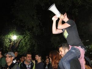 Luiza Najar 'regeu' a manifestação com um megafone (Foto: Raquel Freitas/G1)