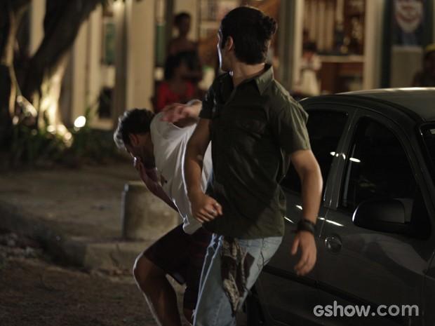 Antônio agride o ficante de Anita  (Foto: Pedro Curi / TV Globo)