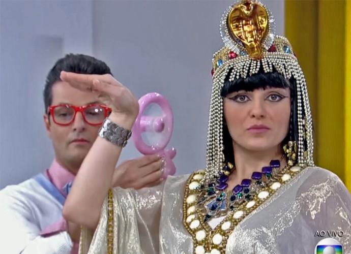 De egípcia, Monica Iozzi é 'paparicada' pelo personagem Crô (Foto: Vídeo Show / TV Globo)