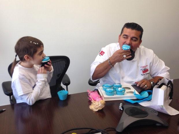 Maria Eduarda e Buddy comeram cupcakes (Foto: Make a Wish/Divulgação)