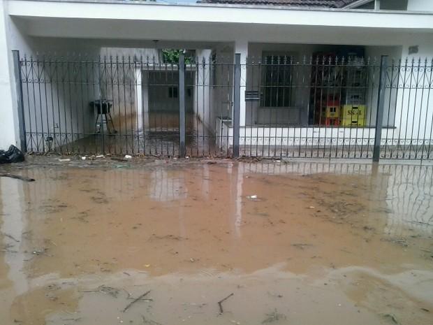 Água invadiu casas em São João da Boa Vista nesta segunda-feira (Foto: Edvaldo dos Santos)