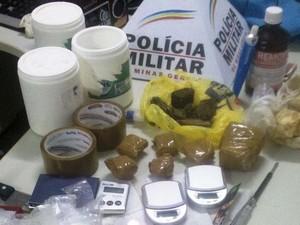 Materiais apreendidos no laboratório  (Foto: Polícia Militar / Divulgação)