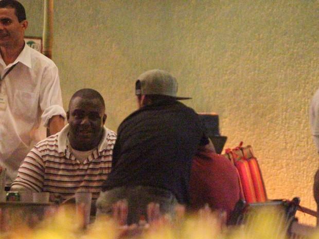Neymar brinca com amigos em restaurante na Zona Oeste do Rio (Foto: Dilson Silva/ Ag. News)