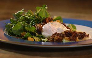 Rabada com agrião, ovo poché, vinagrete e crouton caseiro