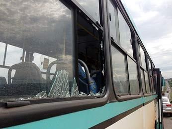 Janela do ônibus apedrejado (Foto: Filipe Matoso/G1)
