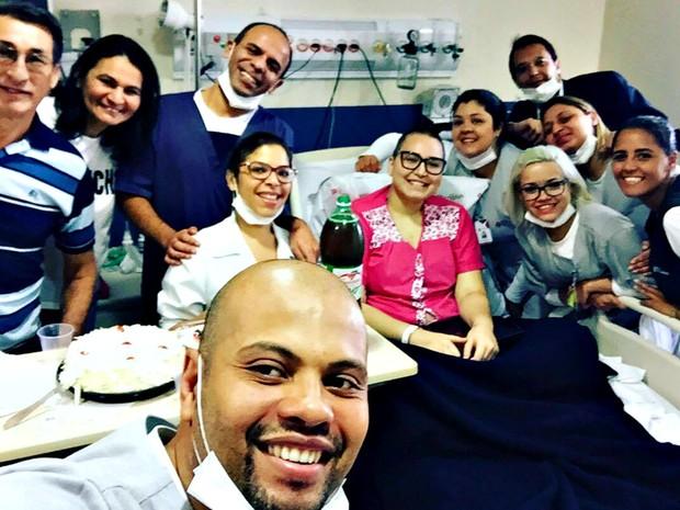 Evelyn ao lado da equipe responsável pelo transplante de medula óssea (Foto: Evelyn Oliveira/Arquivo Pessoal)