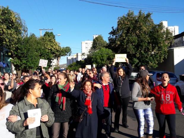 Protesto contra homem que agrediu cão reuniu cerca de 200 pessoas (Foto: Zete Padilha/RBS TV)