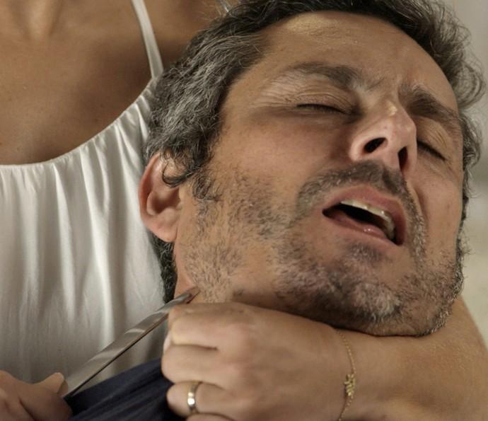 Romero, ainda sem forças, é ameaçado por Tóia com faca no pescoço (Foto: TV Globo)