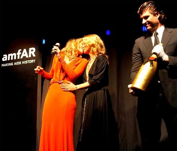 O selinho de Kate Moss no gala da amfAR em 2013 (Foto: Divulgação)