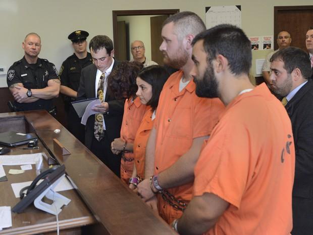 A partir da esquerda, Sarah Ferguson, Linda Morey, Joseph Irwin e David Morey se apresentam perante o juiz Bill M. Virkler após serem indiciados por agressão de segundo grau contra Christopher Leonard, em New Hartford, NY (Foto: Mark DiOrio/Observer-Dispatch via AP)
