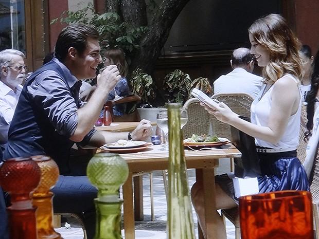 Marcos leva Laura para comer e ainda dá bombons de presente (Foto: TV Globo)