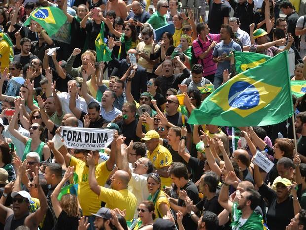17/03 - Manifestantes protestam na Avenida Paulista, em São Paulo, contra o governo e a nomeação do ex-presidente Lula como ministro-chefe da Casa Civil (Foto: Nelson Almeida/AFP)