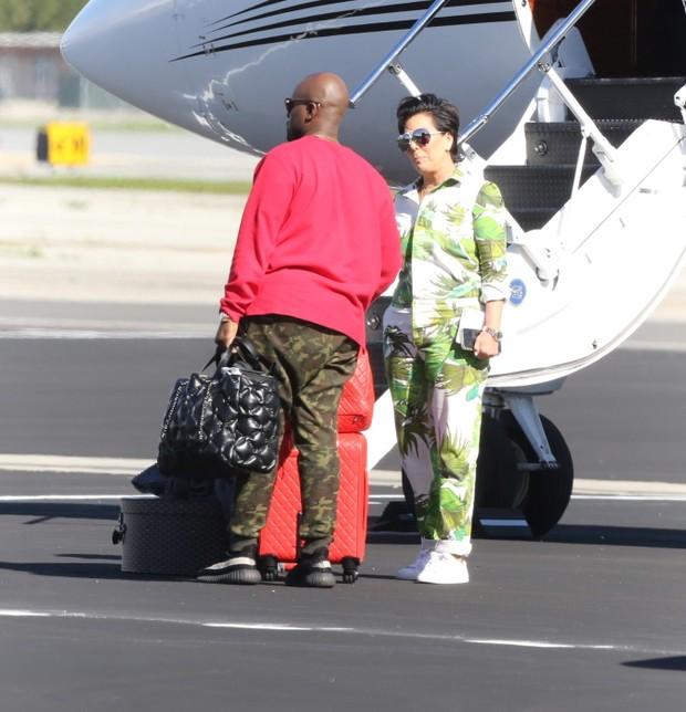 X17 - Kris Jenner e Corey Gamble em Los Angeles, nos Estados Unidos (Foto: X17online/ Agência)