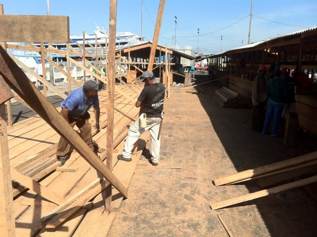 Dezenas de barracas já foram levantadas. Prazo de entrega é neste fim de semana (Foto: Carlos Eduardo Matos/G1 AM)