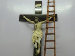 Jovem qubrou imagem de Jesus crucificado, após tentativa de retirá-la da parede  (Foto: Ponto da Notícia)