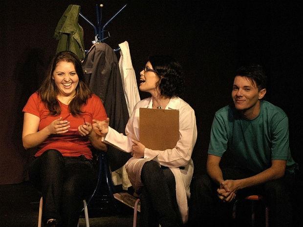 Peças contam com três atores que interpretam uma professora e dois alunos  (Foto: Divulgação / Teatro Barracão EnCena )