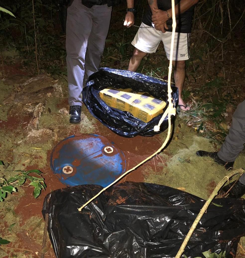 Tabletes de maconha estavam enterrados em mata de Ourinhos — Foto: Divulgação/Polícia Militar