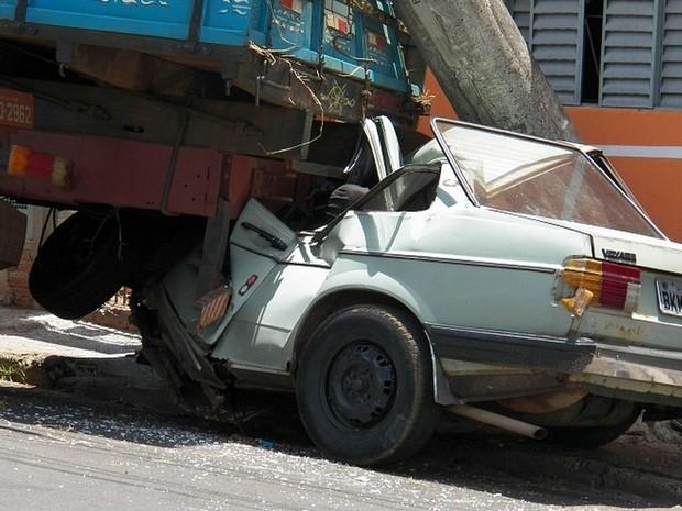 Carro e caminhão ficaram destruídos após colisão de caminhão em São Carlos (Foto: Valdir Penteado/Arquivo Pessoal)