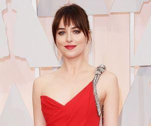 """Estrela de """"50 Tons de Cinza"""", Dakota Johnson surge com fenda poderosa no Oscar"""
