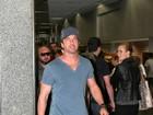 Gerard Butler embarca em aeroporto do Rio