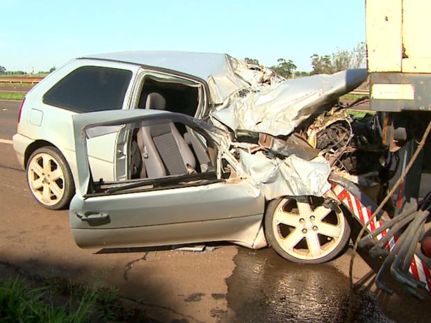 Carro atingiu traseira de caminhão e foi arrastado em Cravinhos, SP (Foto: Paulo Souza/EPTV)