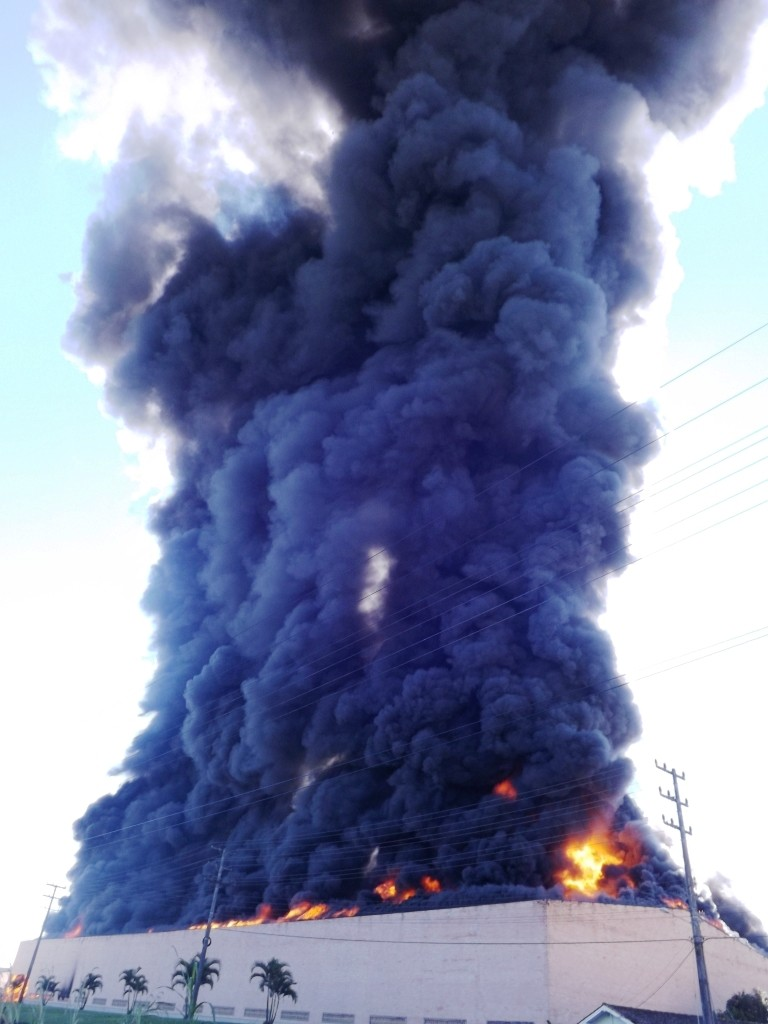 Incêndio provocou uma nuvem de fumaça negra (Foto: Fernando Sombrio/Divulgação)