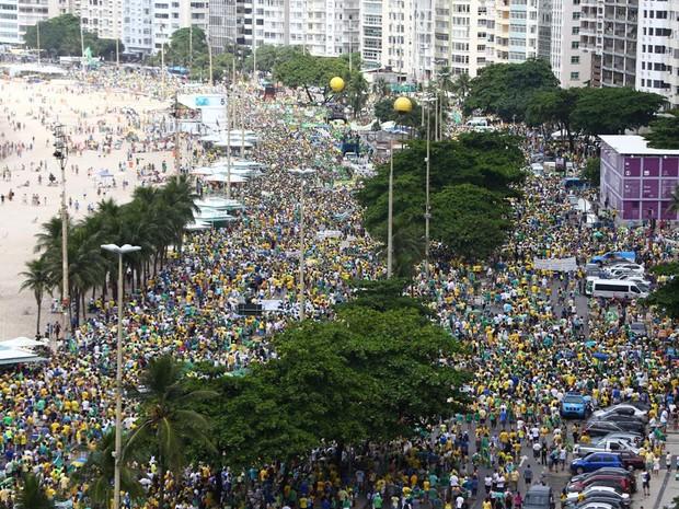 MANIFESTAÇÃO/RIO (11H03): Manifestantes ocupam as duas pistas da orla de Copacabana (Foto: Rodrigo Gorosito / G1)