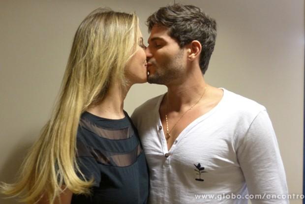 Quanto amor! Fernanda Keulla e André se beijam nos bastidores do Encontro (Foto: Encontro com Fátima Bernardes/ TV Globo)