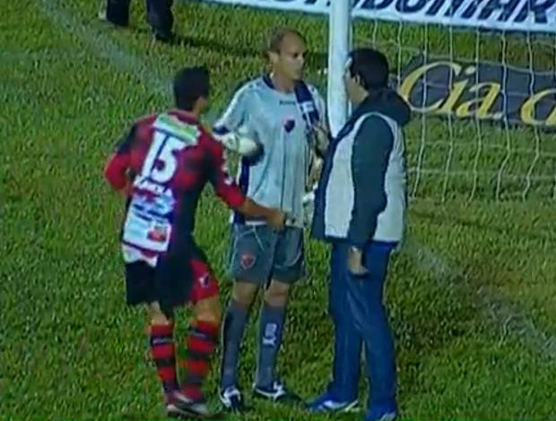 Nelinho dá patolada em Fernando Leal, do Oeste (Foto: Reprodução SporTV)