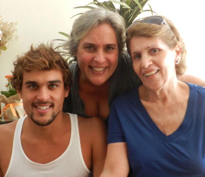 Felipe ao lado da mãe Rita e da avó Dalva, que ele chama carinhosamente de 'Estrela Dalva' (Foto: Arquivo Pessoal)