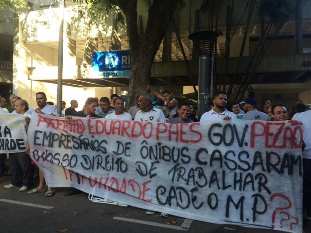 Motoristas foram para a porta da Secretaria de Transportes, em Botafogo (Foto: Matheus Rodrigues / G1)