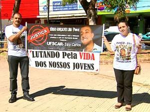 Pais fazem mais um ato para cobrar a solução (Foto: Paulo Chiari/EPTV)