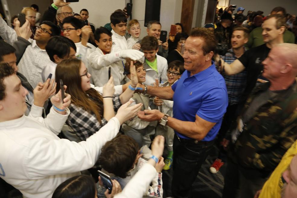 Arnold Schwarzenegger distribui autógrafos e tira fotos com os fãs (Foto: divulgação)