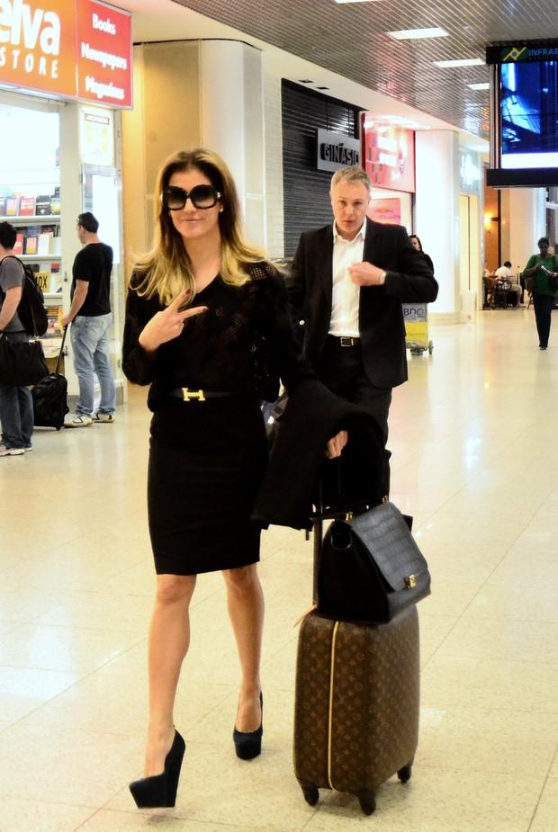 Aeroporto Santos Dumont Telefone : Ego deborah secco viaja toda de preto e com