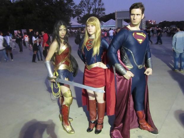 Trio faz cosplay de Mulher-Maravilha, Supergirl e Superman no Anime Friends 2015