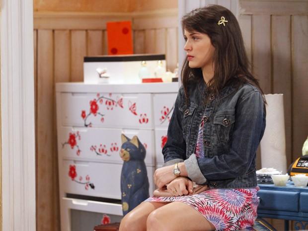 Depois de ouvir o nome de Zenon, Carolina corre para o quarto e lembra o último momento trágico que teve com o amado (Foto: Guerra dos Sexos/ TV Globo)