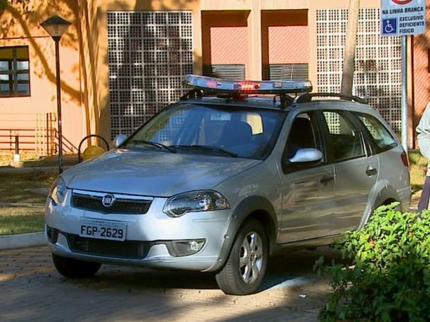 Viatura da guarda universitária está de plantão em frente ao alojamento da USP em São Carlos (Foto: Paulo Chiari/EPTV)