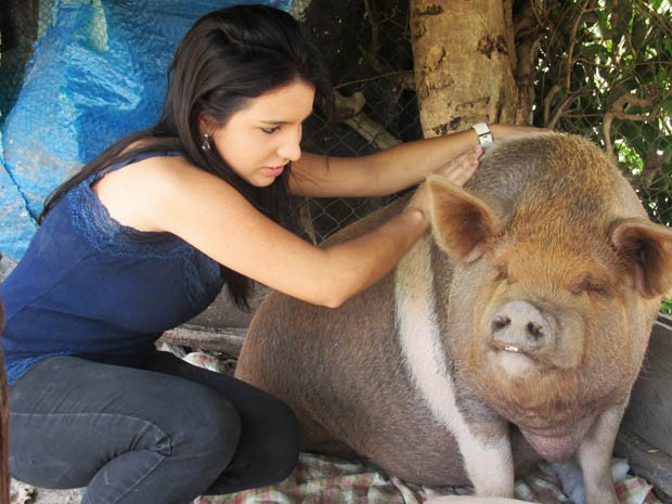 A estudante Luciana Moulin com a poca Puca, de 160 kg (Foto: Isabella Calzolari/G1)