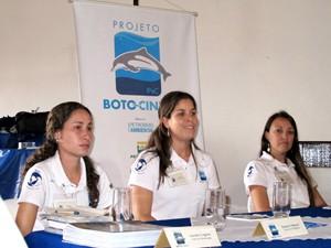 Pesquisadores do projeto Boto Cinza também realizam ações de educação ambiental (Foto: Mariane Rossi/G1)