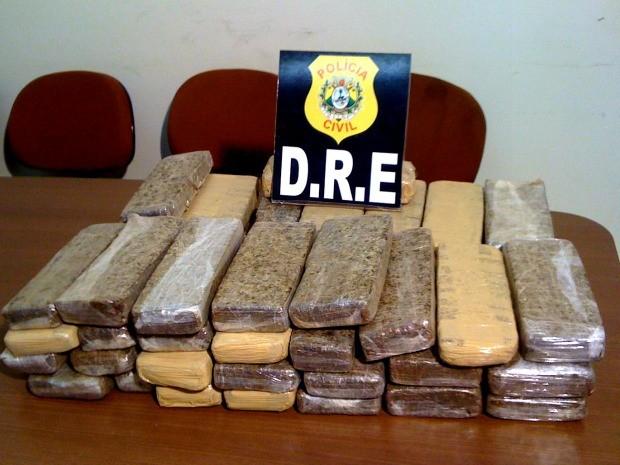 Polícia Civil e Polícia Rodoviária Federal apreenderam 33kg de maconha no domingo (10) (Foto: Rayssa Natani / G1)