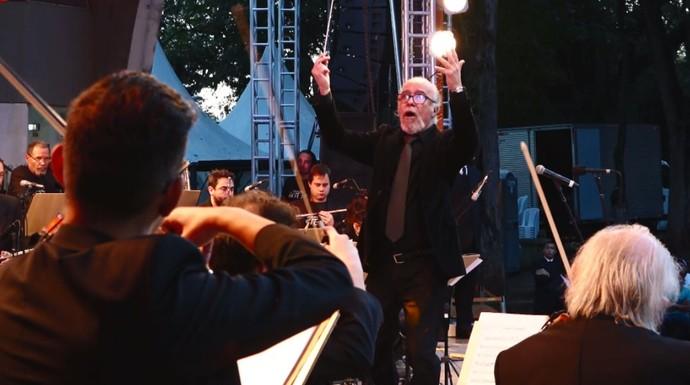 O maestro Amilson Godoy misturou o erudito com o popular nos espetáculos da Orquestra Sinfônica Arte Viva (Foto: reprodução EPTV)