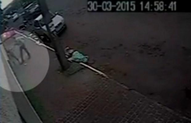 Homem bate a cabeça da mulher por várias vezes em uma lixeira em Jataí, Goiás (Foto: Reprodução/ TV Anhanguera)