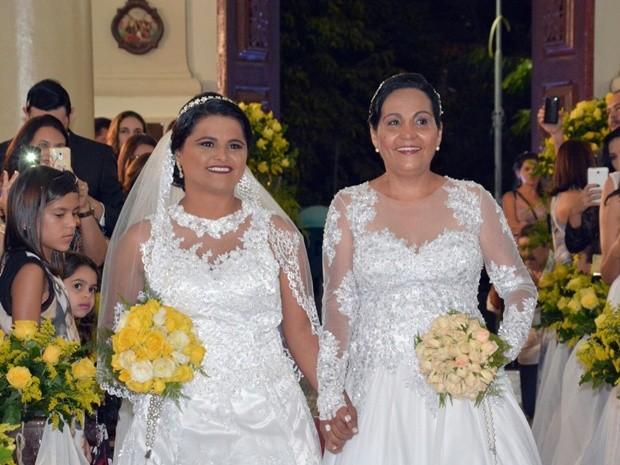 Mãe e filha entram de mãos dadas na igreja para casamento de ambas (Foto: Irapuan Ramos/Acervo pessoal)