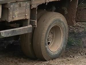 Caminhões na rua espalham mais barro, dizem moradores (Foto: Reprodução/ TV TEM)